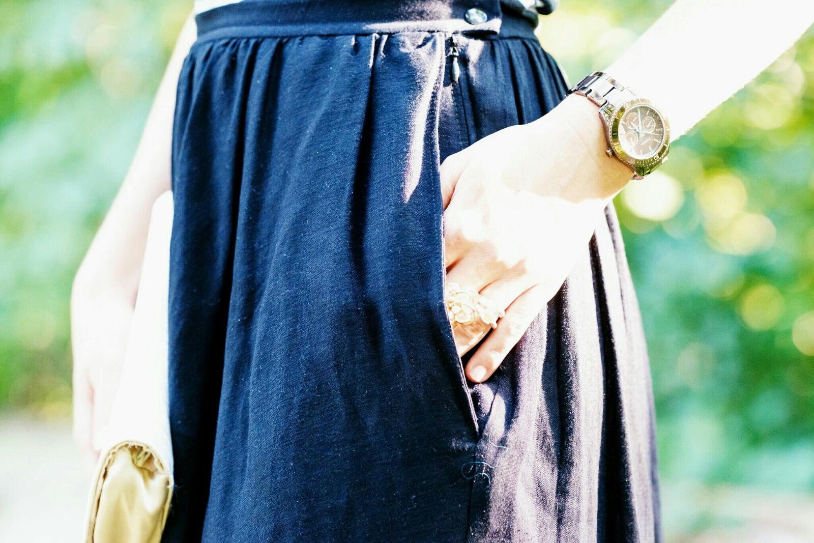 verschiedenArt: selbstgenähter Leinen-Midi-Rock in schwarz, Detail: Taschen in den Seitennähten