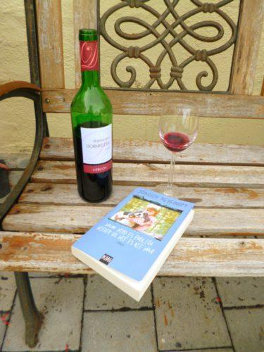 verschiedenArt: mit Rotwein und Buch im Garten