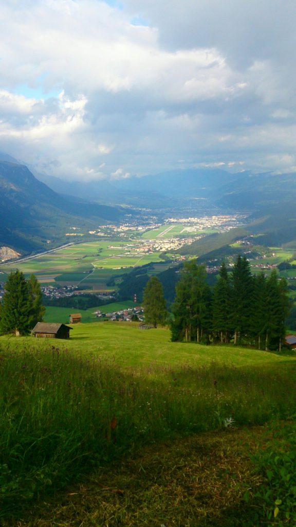 verschiedenArt: Kurzausflug nach Zirl - Ausblick auf Zirl mit Regenwolken und Sonnenflecken