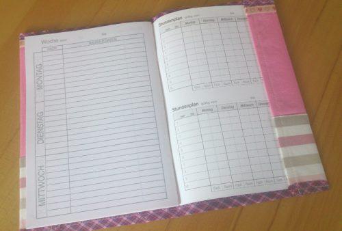 Hefteinband selbstgenäht: Rosa Einband aufgeklappt mit eingelegtem Hausaufgabenheft
