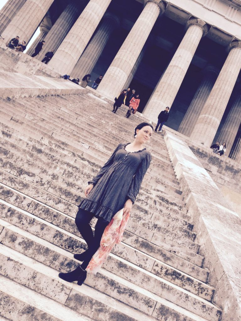 Kleid aus grauem crashed Jersey langärmelig, im Hintergrund sieht man die Stufen der Walhalla und einige Säulen