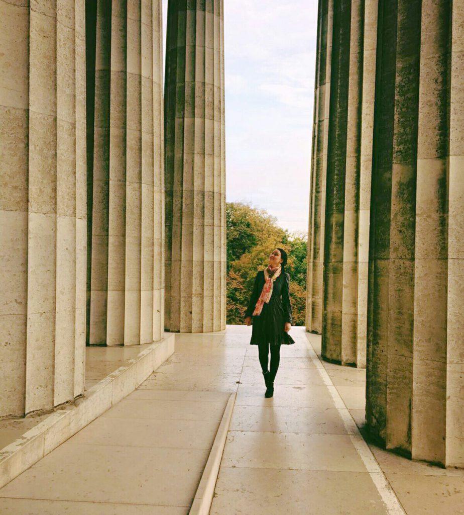 Kleid aus grauem crashed Jersey langärmelig, Spaziergang zwischen den hohen Säulen der Walhalla
