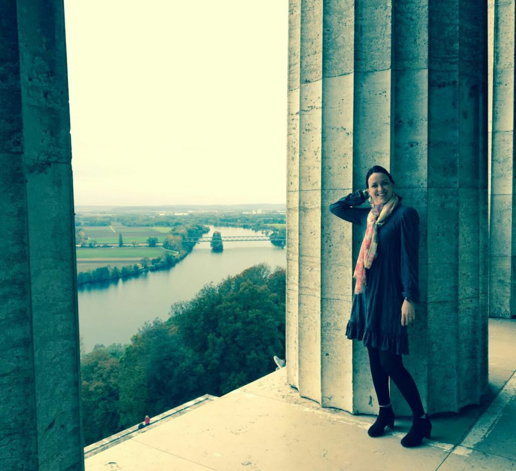 Kleid aus grauem crashed Jersey langärmelig, im Hintergrund sieht man Regensburg und die Donau