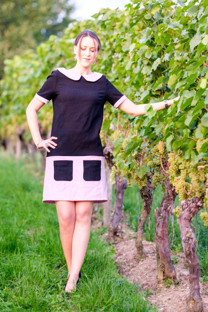 Selbstgenähtes Wollkleid aus burda easy mit kurzen Ärmeln in schwarz-rosa. Gesamtansicht von Vorne