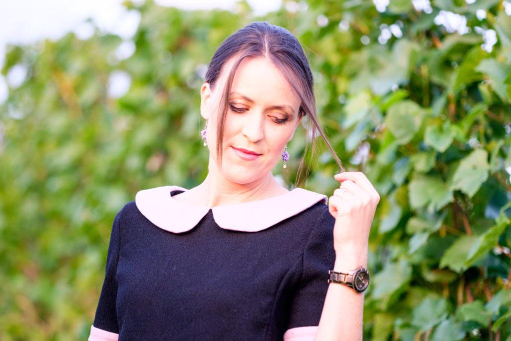 Selbstgenähtes Wollkleid aus burda easy mit kurzen Ärmeln in schwarz-rosa. Detailansicht Bubikragen.
