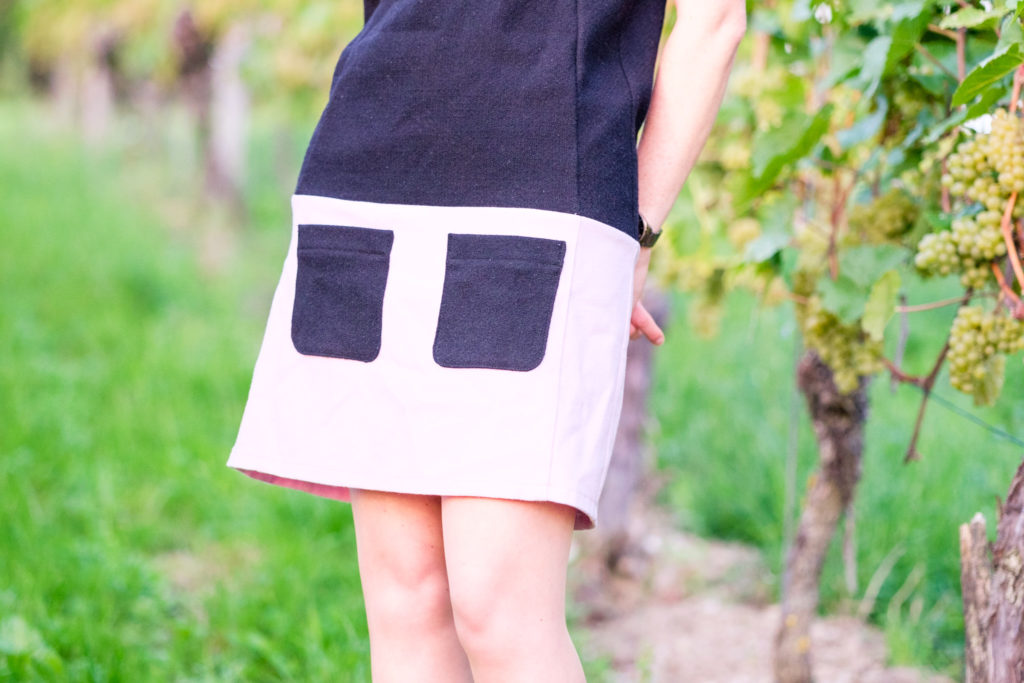 Selbstgenähtes Wollkleid aus burda easy mit kurzen Ärmeln in schwarz-rosa. Detailansicht Rock mit aufgesetzten Taschen Vorne
