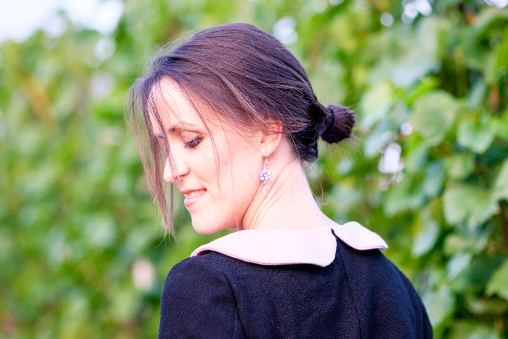 Selbstgenähtes Wollkleid aus burda easy mit kurzen Ärmeln in schwarz-rosa. Detailansicht Bubikragen Rückseite
