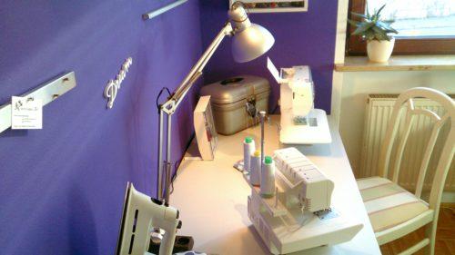 """Ausschnitt Näheck nach dem Makeover: Stuhl, Schreibtisch mit Nähmaschinen, Magnetleiste und Holzschriftzug """"Dream"""""""