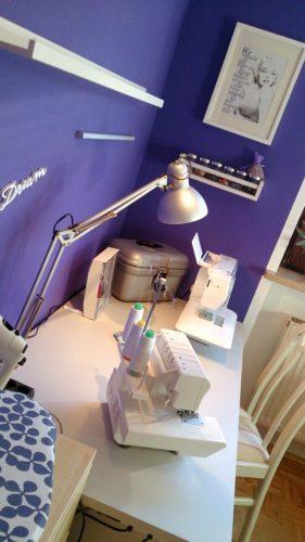 Ausschnitt Näheck nach dem Makeover: Stuhl, Schreibtisch mit Nähmaschinen und Rollconatiner, Blick auf das Foto von Marylin Monroe mit dem Zitat von ihr