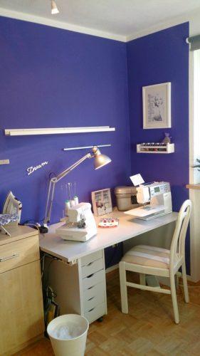 Ausschnitt Näheck nach dem Makeover: Stuhl, Schreibtisch mit Nähmaschinen und Rollconatiner