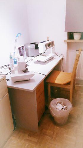 Ausschnitt Näheck vor dem Makeover: Stuhl, Schreibtisch mit Nähmaschinen und Rollcontainer