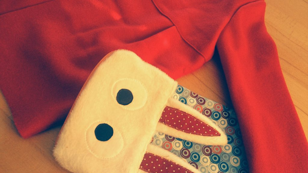 Hasentasche und roter Wintermantel