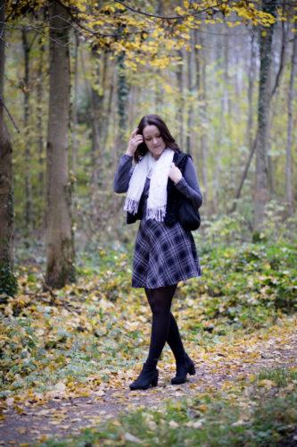 Spaziergang im nebligen Wald, Gesamtbild mit Karorock, Shirt, schwarzer Fellweste und weißem Schal.