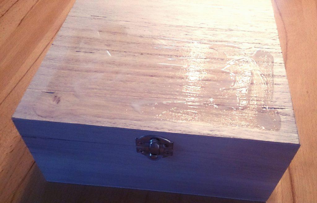 DIY Fototransfer Geschenk zum Valentinstag: Foto auf Holzbox übertragen, Holzoberfläche mit Potch bestrichen