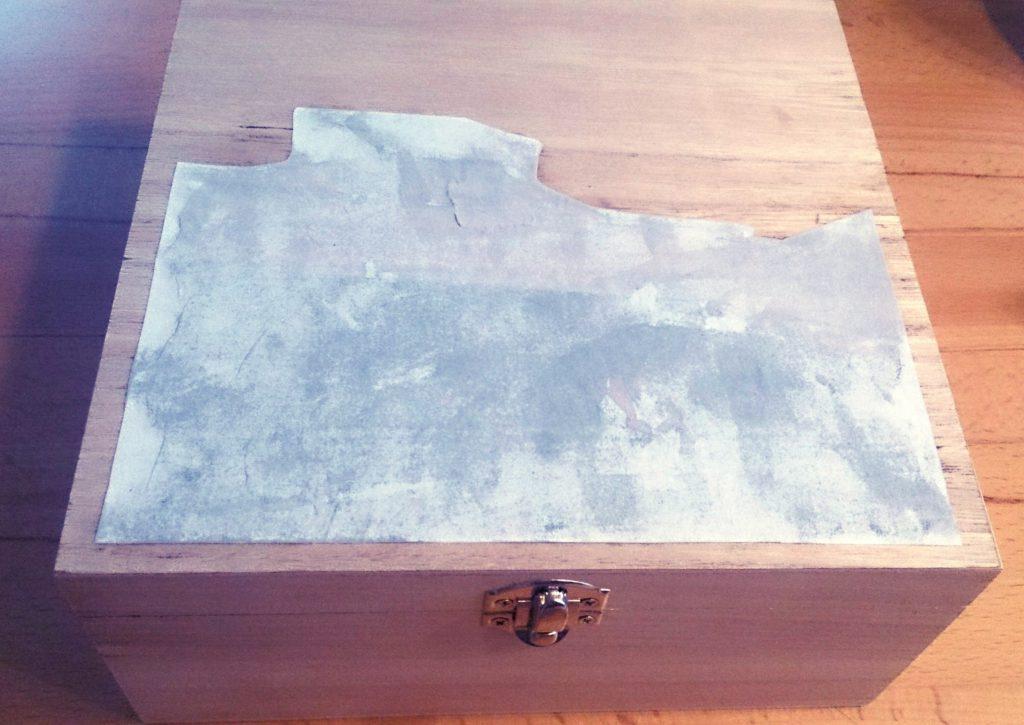 DIY Fototransfer Geschenk zum Valentinstag: Foto auf Holzbox übertragen, Foto ist aufgelegt und glatt gestrichen