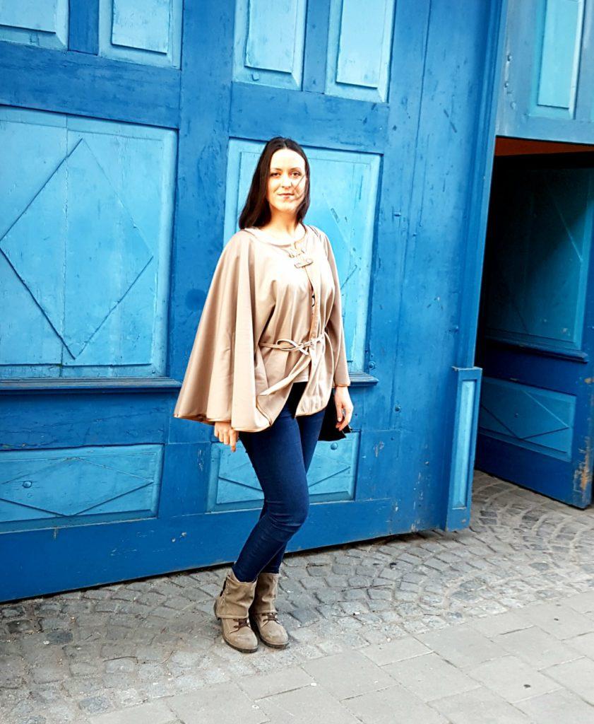 Selbstgenäht: Cashmere camel Cape mit Jeans und schwarzer Ledertasche