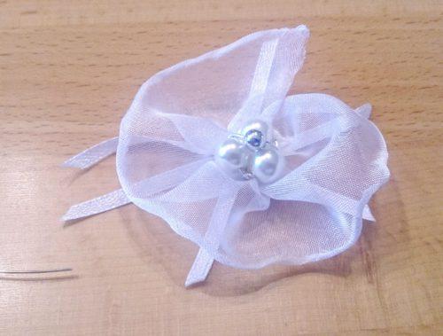 Hochzeit Haarschmuck: Organzablüte selbstgebastelt aus Perlen, Organza und Silberdraht