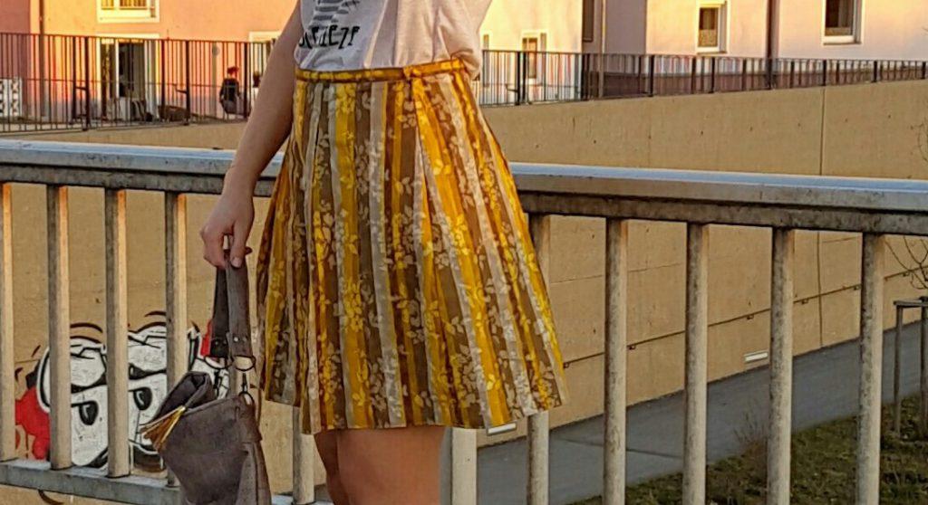 verschiedenArt: Kellerfaltenrock nach Geschickt Eingefädelt aus gelb-grauer Baumwolle Detailansicht