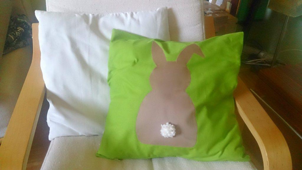 verschiedenArt: selbstgenähtes Kissen Häschen im Grünen