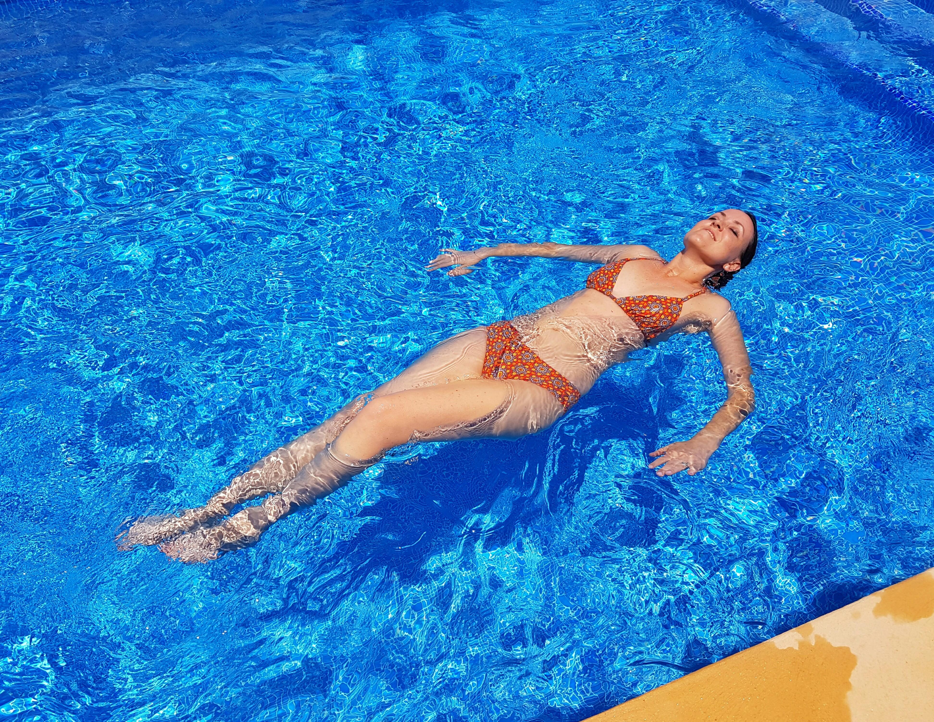 verschiedenArt: Bikini im Pool