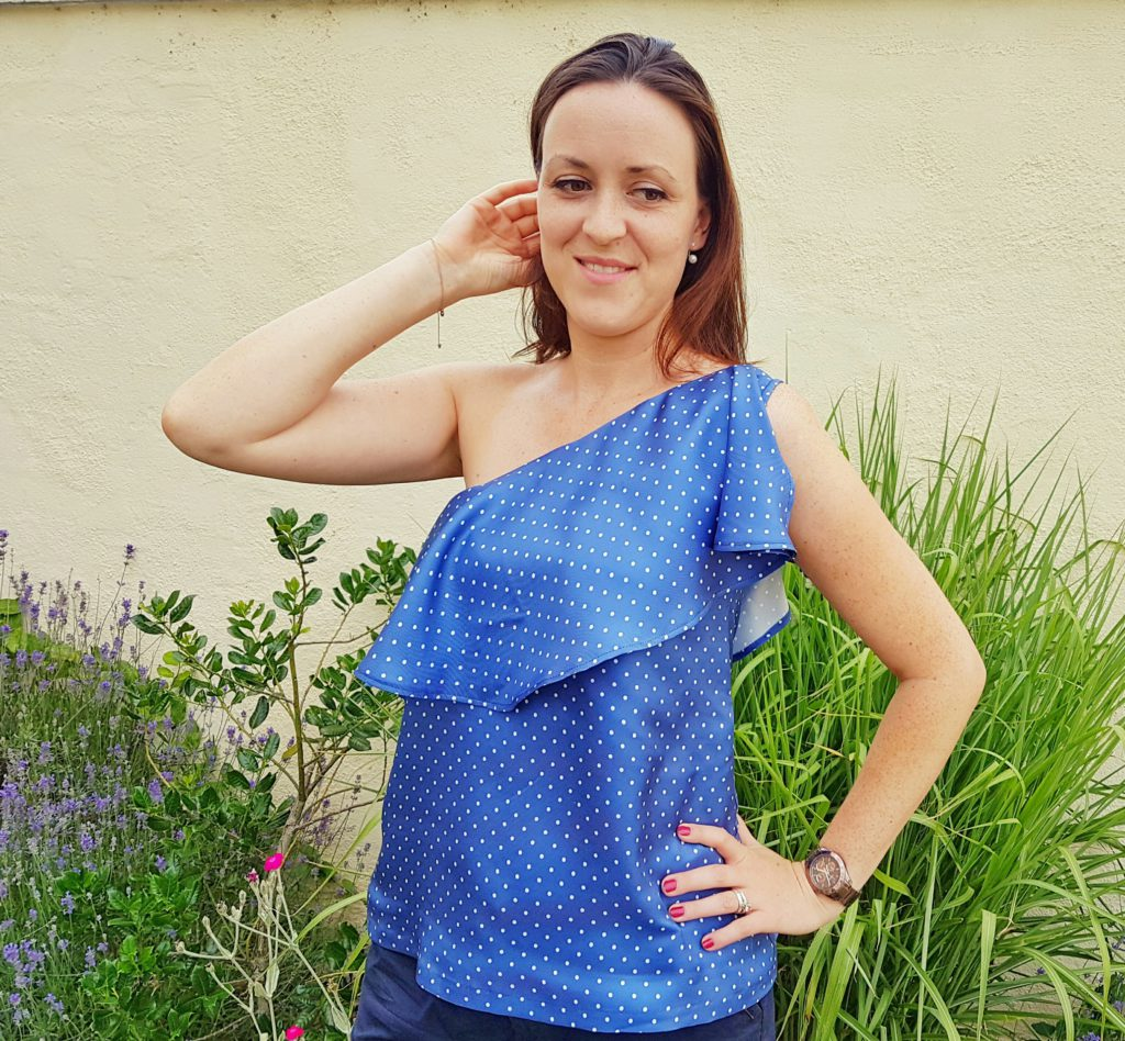 verschiedenArt: blaue Seidenbluse mit Polkadots und schönem Volant - Portrait