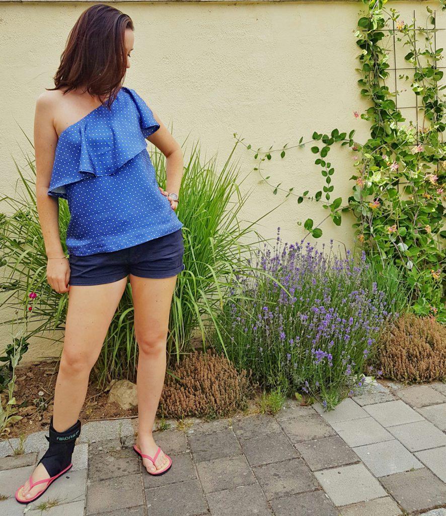 verschiedenArt: blaue Seidenbluse mit Polkadots und schönem Volant - Komplettansicht