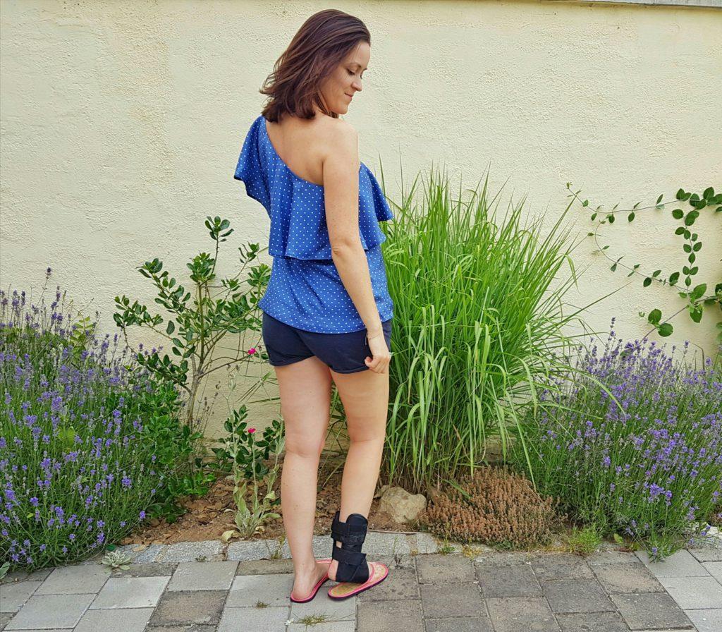 verschiedenArt: blaue Seidenbluse mit Polkadots und schönem Volant - Rückansicht