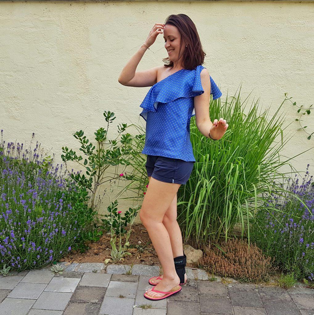 verschiedenArt: blaue Seidenbluse mit Polkadots und schönem Volant - fröhliche Komplettansicht