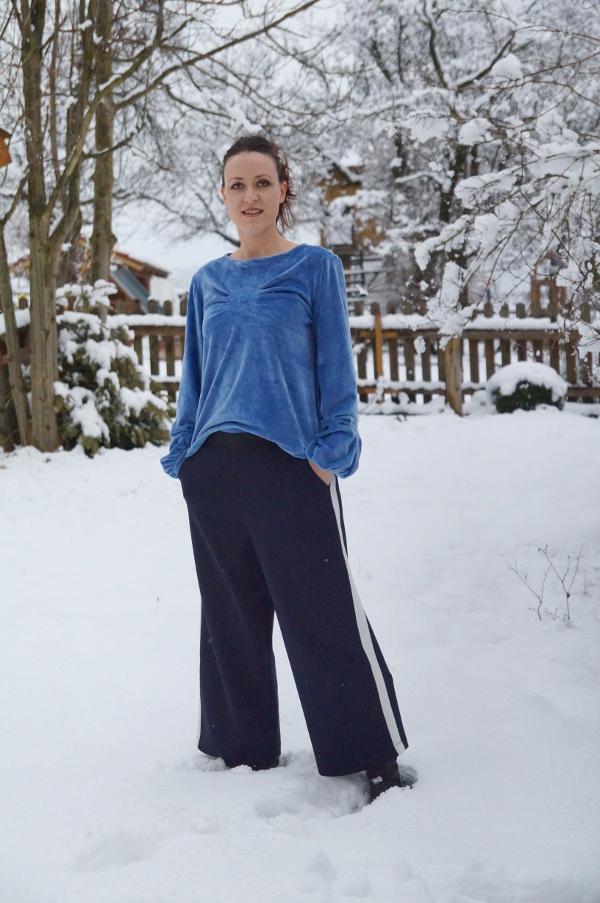 komplettes Outfit mit eisblauem Shirt und dunkelblauer Hose