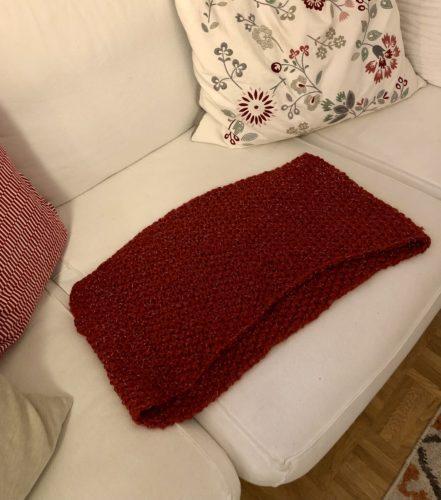 Loop Schal ausgebereitet auf dem Sofa, sodass man die Länge und Breite in etwa sehen kann