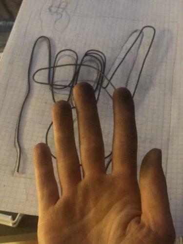 Meine Hände sind schwarz vom Stahldraht.
