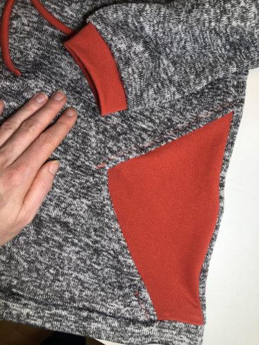 Detailaufnahme von den Tascheneingriffen und den Ärmelbündchen