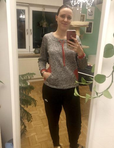 verschiedenArt vor dem Spiegel knipst ein Selfie. Sie trägt den fertigen Sweater Pullover