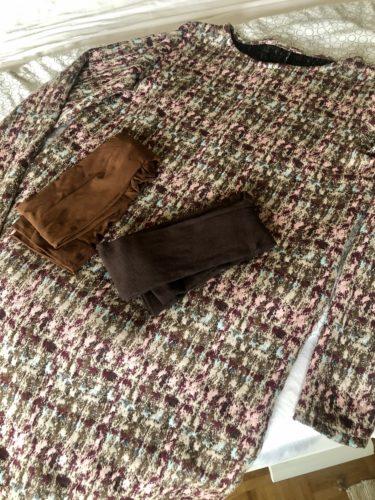 2 verschiedene Strumpfhosen in Brauntönen liegen auf dem fertig genähten Winterkleid