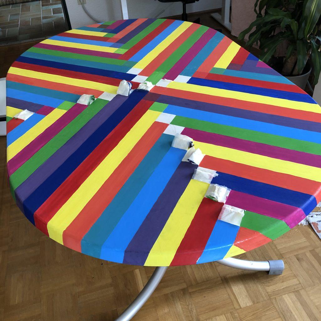 Gartentisch mit Acrylfarbe bemalt, es fehlen nur noch wenige kleine Stellen