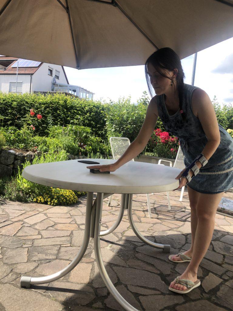 verschiedenArt beim Abschleifen des Tisches