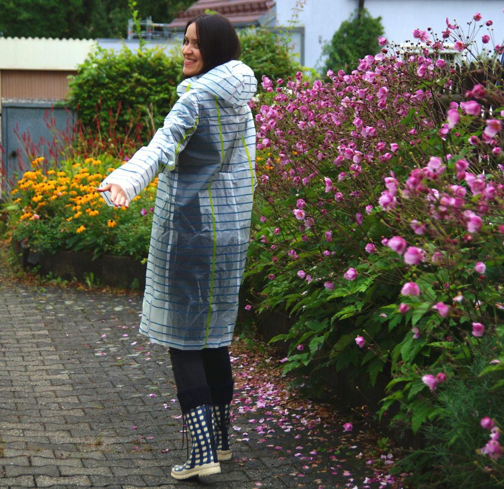 verschiedenArt im Regenmantel von Hinten