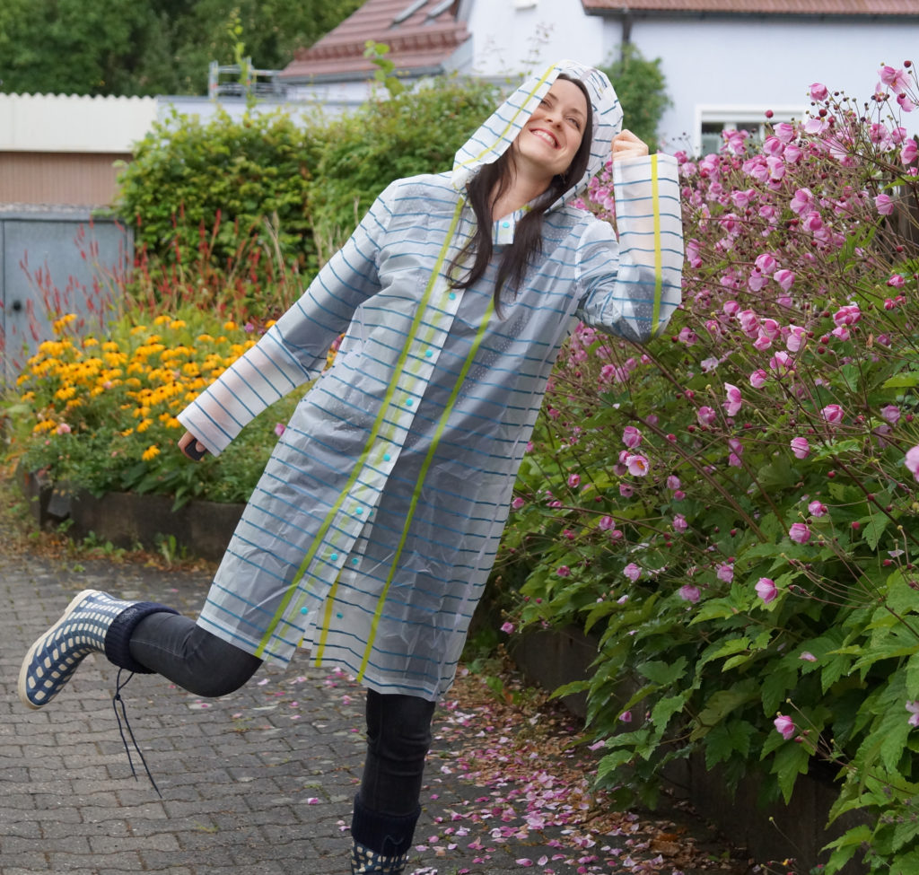 verschiedenArt freut sich in ihrem Regenmantel